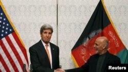 جان کری وزیر خارجه آمریکا و اشرف غنی رئیس جمهوری افغانستان