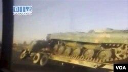 Gambar dari televisi lokal memperlihatkan kendaraan lapis baja yang memenuhi jalan-jalan kota Dara'a untuk menangani demonstran.