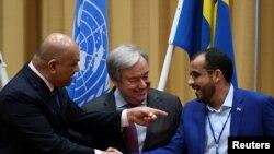 예멘 평화협상이 열린 스웨덴 림보의 요하네스버그 성에서 칼레드 알 야마니(왼쪽) 예멘 외무장관과 모하메드 압델살람(오른쪽) 반군 대표 협상가가 안토니우 구테흐스(가운데) 유엔 사무총장이 지켜보는 가운데 악수하고 있다.