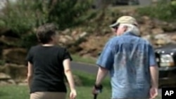 산책을 하는 미국 은퇴 부부 (자료사진)