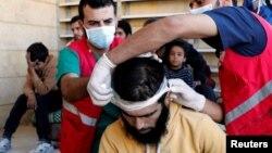 Tim medis merawat warga sipil yang mengalami luka-luka akibat pertempuran milisi Suriah melawan ISIS, di sebuah masjid di Raqqa, Suriah, Kamis (12/10).