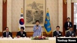 박근혜 한국 대통령이 24일 청와대에서 열린 언론사 편집국장·보도국장 오찬 간담회에서 인사말을 하고 있다