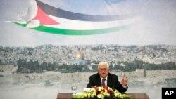 마흐무드 압바스 팔레스타인 자치정부 수반이 지난 11일 요르단강 서안에 있는 집무실에서 이스라엘과의 평화회담에 관한 입장을 밝히고 있다. (자료사진)