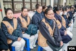 佛教机构组织的义工为罹难者诵经。(美国之音记者方正拍摄)