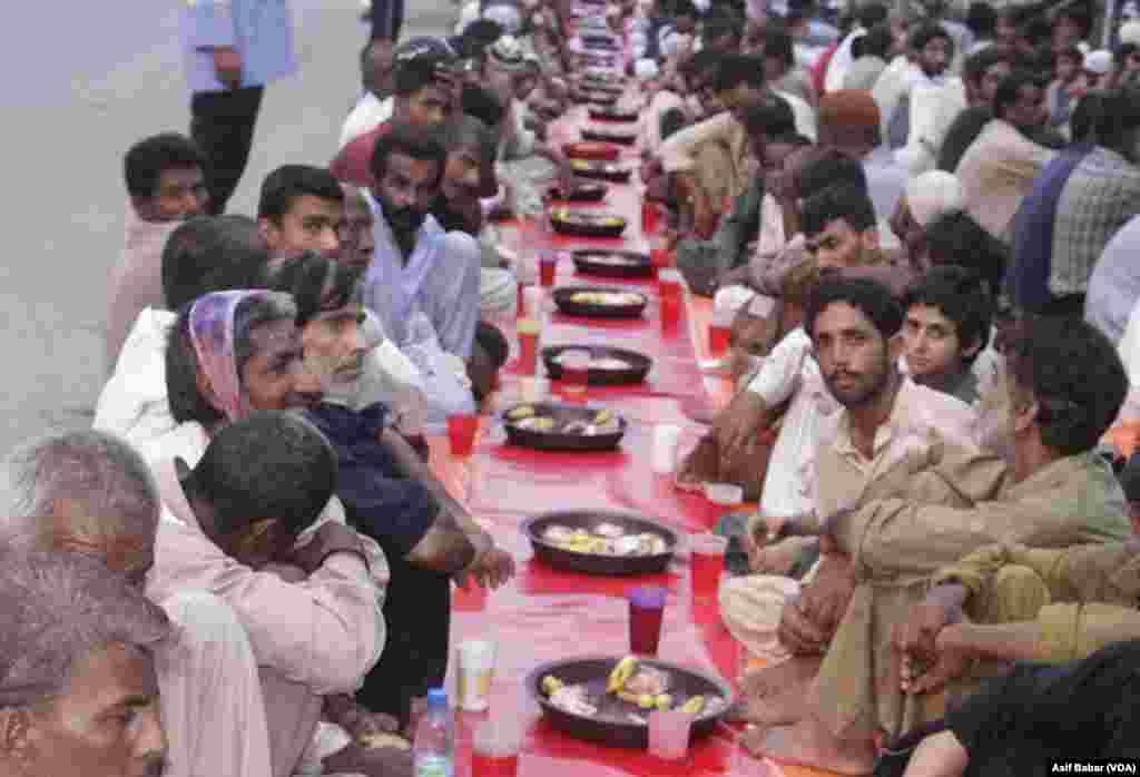 افطار دسترخوانوں کا مقصد ایسے افراد کو روزہ افطار کرانا ہے جن کی قوت خرید اتنی نا ہو کہ وہ افطار کے لئے کھانے پینے کی اشیا خرید سکیں
