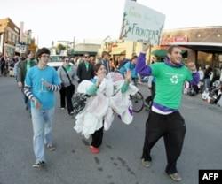 学生穿着塑料袋在校内游行提倡环保精神