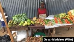 Vendedora com produtos agrícolas, São Tomé e Príncipe
