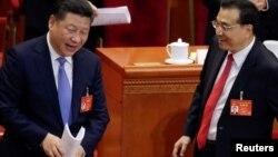中国国家主席习近平(左)和国务院总理李克强(右)在人大会议上(2017年3月6日)