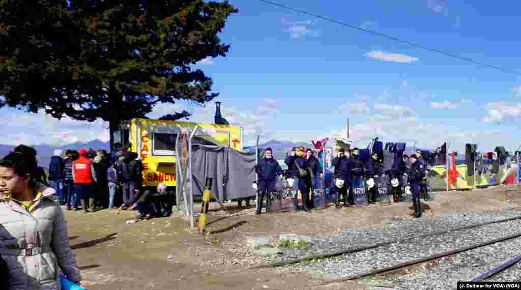 د یونان پولیس د دغه هیواد د شمالي سرحد د هغې برخې د ساتلو په حال کې چې پناه غوښتونکي غواړي له هغه ځایه مقدونیې ته واوړي.