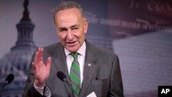 Senator Charles Schumer berbicara kepada reporter di Capitol Hill (foto: dok).