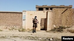 کابل کے شمالی حصے میں ایک طالبان سیکیورٹی اہل کار اس عمارت کے باہر کھڑا ہے جہاں داعش خراساں کے دہشت گرد چھپے ہوئے تھے۔ 4 اکتوبر 2021