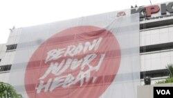 Sebuah spanduk raksasa digantung di gedung KPK di Jakarta. KPK berencana untuk membentuk kantor perwakilan di sejumlah daerah di Indonesia (VOA/Andylala)