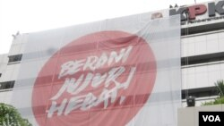 Spanduk raksasa berukuran 20x20 meter bertuliskan 'Berani, Jujur, Hebat' menghiasi gedung KPK Jakarta (25/11). Spanduk raksasa ini dipasang dalam rangka menyambut peringatan hari korupsi sedunia, 9 Desember 2012.