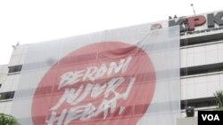 Sebuah spanduk raksasa terpasang di gedung KPK saat memperingati Hari Anti Korupsi Sedunia, 9 Desember (VOA/ Andylala)