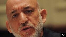 인도를 방문한 카르자이 아프가니스탄 대통령이 기자들의 질문에 대답하고 있다