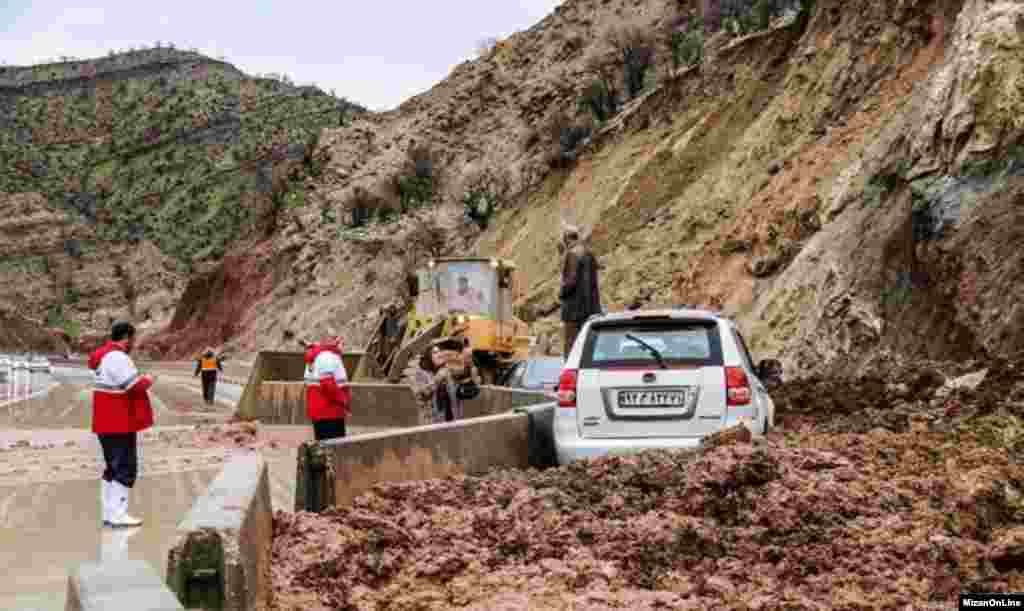 سیل های اخیر هنوز برای مردم در ایران مشکل ایجاد کرده است. ارتباط راههای روستایی قطع شده است.