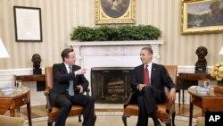 奧巴馬(右)與卡梅倫(左)在白宮舉行會談。