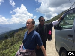 Tourist guide Sonam Dorji (in front ) is happy that the growing number of tourists have increased his income. (A. Pasricha/VOA)