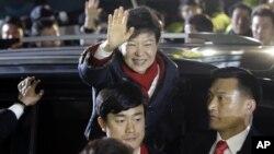 韩国新当选总统朴槿惠12月19日在首尔竞选总部附近向支持的选民挥手致谢