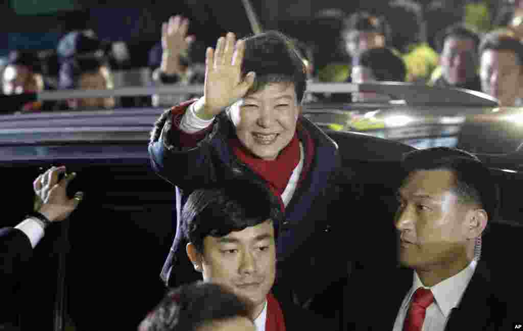 South Korea's presidential candidate Park Geun-hye of ruling Saenuri Party waves to her supporters near the party's head office in Seoul, Dec. 19, 2012.