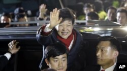 Park Geun-hye dari parta Saenuri melambaikan tangannya ke arah para pendukungnya di Seoul, 19 Desmber 2012. Komisi Pemilu Nasional Korea Selatan telah memastikan kemenangan bagi Park dalam pemilu yang diselenggarakan hari ini (19/12).