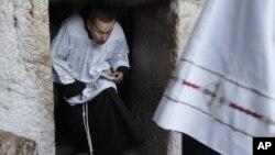 Священник выходит из Церкви Рождества Христова в Вифлееме, Палестинская автономия