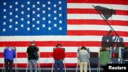 지난 5일, 버지니아주 리치먼드시에서 유권자들이 투표하고 있다.