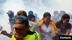 La diputada María Corina Marchado (centro) sufrió el efecto de los gases lacrimógenos lanzados por la policía contra los manifestantes (Foto: La Patilla).