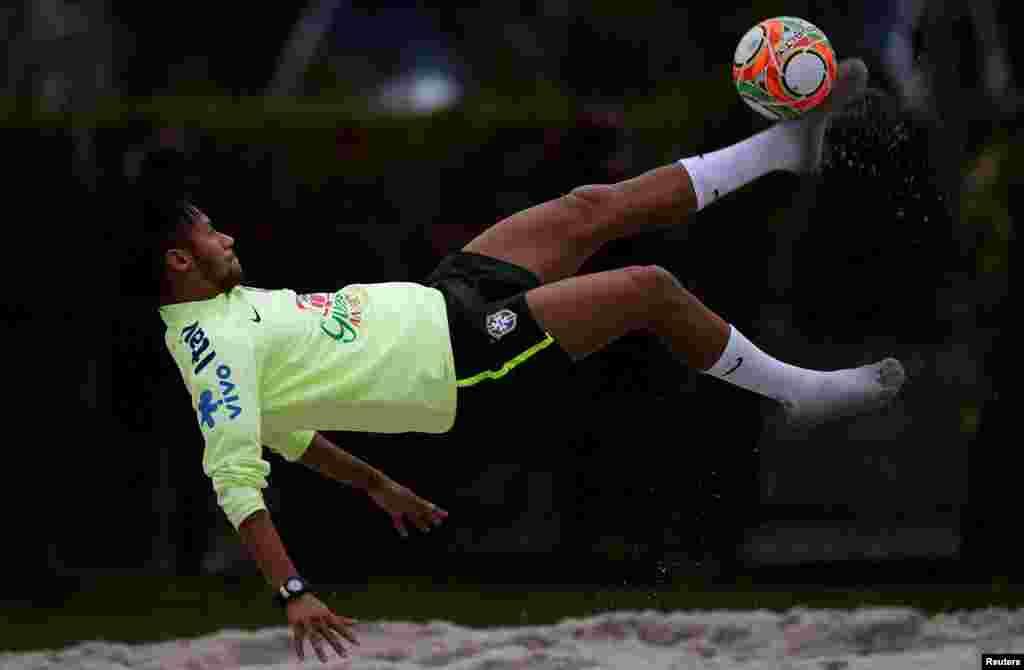 Neymar, uma das estrelas do Brasil e deste Mundial, joga futevólei, depois do treino em Teresopolis, perto do Rio de Janeiro, Maio 29, 2014. Preparação para o Mundial de Futebol que se realiza em 12 cidades do Brasil de 12 de Junho a 13 de Julho.