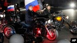 """რუსეთის პრეზიდენტი პუტინი და """"ღამის მგლების"""" ლიდერი ზალდოსტანოვი"""