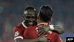 Roberto Firmino, de dos, et Sadio Mane célébrant un but lors du match contre FC Séville