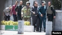 Des membres des forces iraniennes pendant l'attaque au Parlement, à Téhéran, le 7 juin 2017.