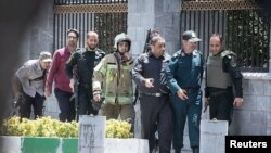 نیروهای امنیتی در مقابل مجلس شورای اسلامی ایران در زمان حمله مهاجمان.