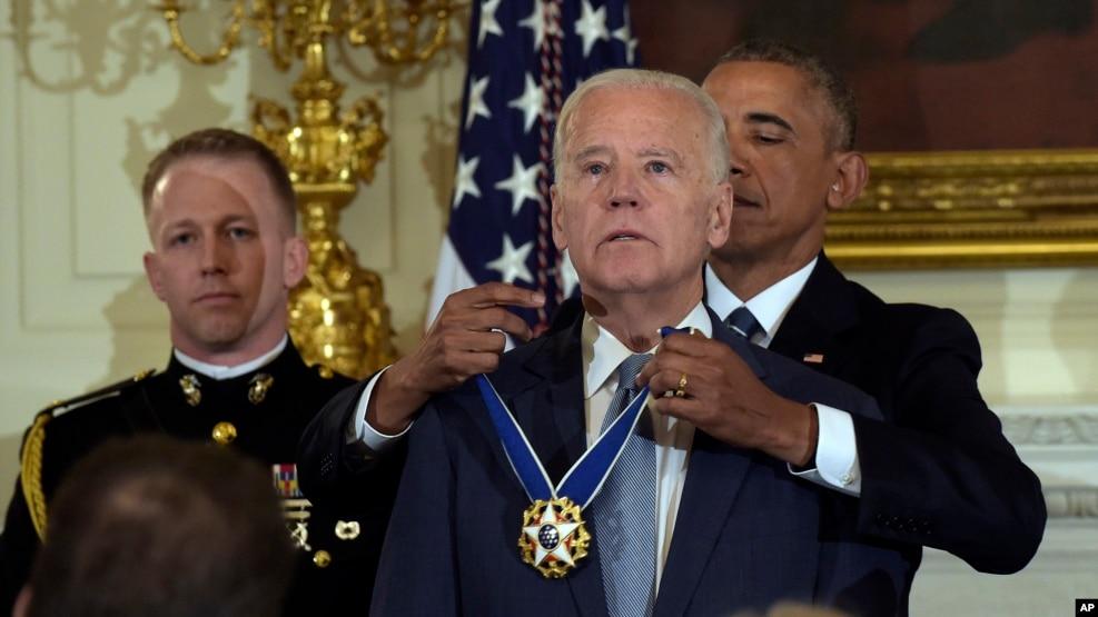 Tổng thống Barack Obama trao tặng huân chương Tự do cho Phó Tổng thống Joe Biden trong một buổi lễ diễn ra tại Phòng Khánh Tiết của Toà Bạch Ốc, ngày 12 tháng 01 năm 2017.