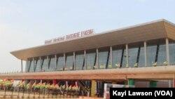 L'aérogare de Lomé a été inauguré le 25 avril 2016 au Togo. (VOA/Kayi Lawson)