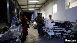 8일 멕시코 푸에블로 시내 사회보장복지청 산하 시설 앞에 전날 발생한 지진으로 부상자와 가족들이 몰려있다.
