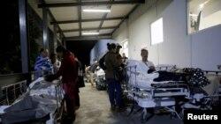 墨西哥南部发生8.1级地震后,墨西哥国家工人社会保障和服务研究所外的病患和家属 (2017年9月8日)