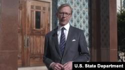 برایان هوک رئیس گروه اقدام ایران در وزارت خارجه ایالات متحده در مقابل ساختمان سفارت سابق ایران در واشنگتن - آرشیو