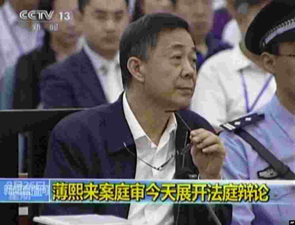 26일 중국 산둥성 인민법원에서 열린 재판에서 보시라이 전 충칭시 당 서기가 재판 진행 상황을 듣고 있다.