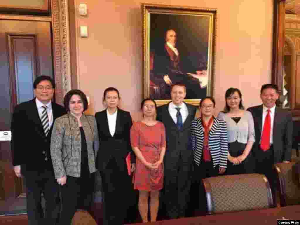 到华盛顿寻求美国协助要求中国政府释放丈夫的3位中国维权律师妻子,以及在中国被拘押的台湾人权工作者李明哲的妻子李净瑜及国际救援小组,在白宫同白宫官员会面。图上有白宫国安会的亚洲事务高级主任博明(左五)和中国事务主任布瑞,有谢阳的妻子陈桂秋(左四)、唐荆陵的妻子汪艳芳和江天勇的妻子金变玲,有李净瑜(左三),有对华援助协会会长傅希秋(右一) 。(2017年5月19日,李明哲国际救援小组提供)