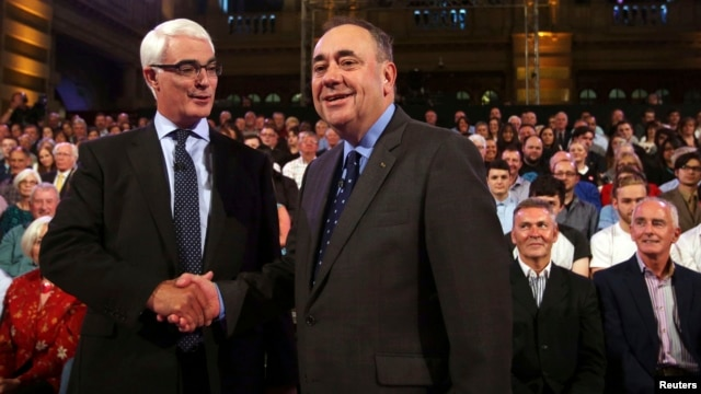 Better Together leader Alistair Darling (L) and First Minister of Scotland Alex Salmond shake hands at the second television debate over Scottish independence at Kelvingrove Art Gallery and Museum in Glasgow, Aug. 25, 2014.