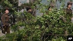 중국 랴오닝성 허커우에서 바라본 북한 국경 인근. 북한 여군들이 순찰 임무를 수행하고 있다.(자료사진)