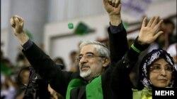 میرحسین موسوی، مهدی کروبی و زهرا رهنورد از رهبران اعتراض مردمی پس از انتخابات ریاست جمهوری ۱۳۸۸ در حصر خانگی و بازداشت هستند.