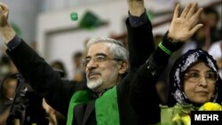 میرحسین موسوی و حامیانش می گویند دولت در آن انتخابات تقلب کرد.