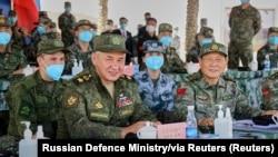 俄羅斯國防部長紹伊古和中國國防部長魏鳳和(右)在寧夏青銅峽視察中俄軍隊2021年聯合軍演。(2021年8月13日)
