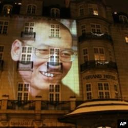 刘晓波巨幅照片出现在奥斯陆大酒店的外墙