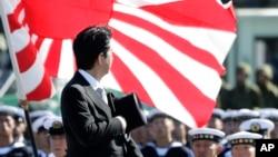 """日本首相安倍晋三""""自卫队日""""在东京以北的朝霞驻屯地检阅自卫队。(2013年10月27日)"""