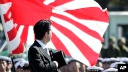 """首相安倍晉三""""自衛隊日""""在東京以北的朝霞駐屯地檢閱自衛隊。(2013年10月27日)"""