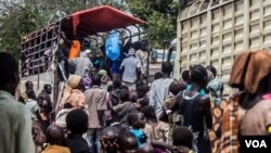Refugees load their belongings into a UNHCR truck at Ocea Reception Center. According to UNHCR, new refugee sites may have to be opened shortly, with teams already on the ground assessing land suitability. (N. Jidovanu/VOA)