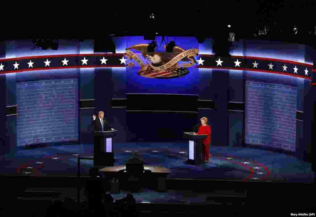 26 сентября 2016 Дональд Трамп участвует в президентских дебатах с кандидатом от Демократической партии Хиллари Клинтон. На фото изображен первый раунд дебатов, проведенный в штате Нью-Йорк (два других раунда состоялись в Миссури и Неваде). По данным почти всех опросов, большинство зрителей сочли, что дебаты выиграла Клинтон.